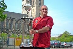 Sieger Burkhard Peine mit dem Pokal