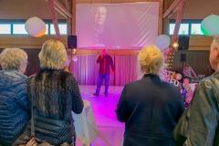 Burkhard Peine singt auf der Bühne
