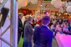 Burkhard Peine singt vor seinen Gästen