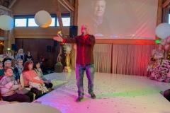 Burkhard Peine singt auf der Bühne vor seinen Gästen