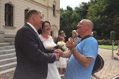 Burkhard Peine gratuliert dem Brautpaar