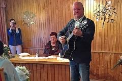 Burkhard Peine spielt live vor dem Brautpaar