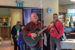 Burkhard Peine singt und spielt Gitarre