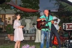 Burkhard Peine singt und spielt Gitarre auf einer Jugendweihefeier