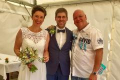 Burkhard Peine mit dem Brautpaar in Bebertal