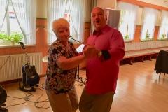Burkhard Peine mit Gästen beim tanzen