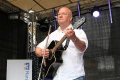 Burkhard Peine singt live auf der Bühne