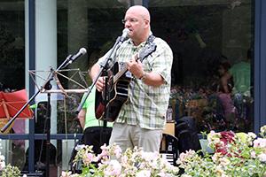 """Burkhard Peine singt den Song """"Glücksmomente"""""""
