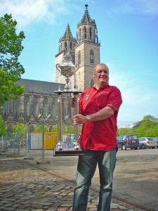 Burkhard Peine mit Siegerpokal