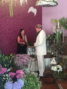 Michael Mendl beim Rosen kaufen